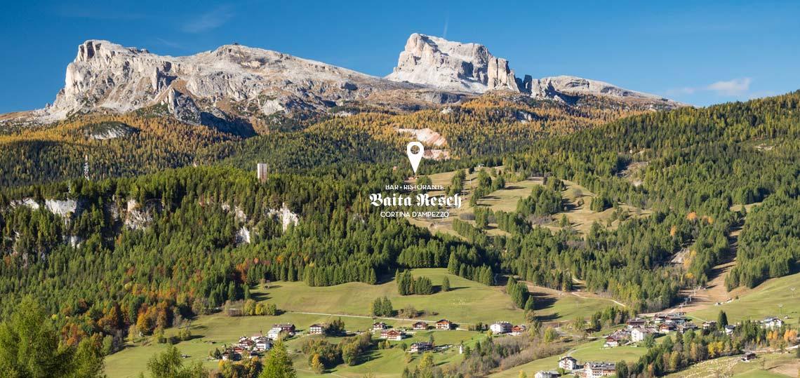 Ci troviamo lungo la strada per il passo Falzarego, a dieci minuti dal centro di Cortina